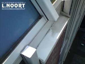 Het resultaat van het poetsen met het conserveringsmiddel is duidelijk zichtbaar op deze witte kunststof kozijnen (linksonder op de foto)