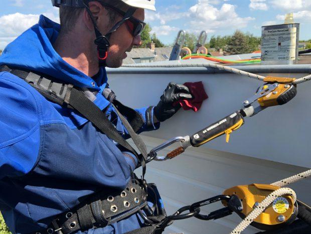 Dakkapelreiniging met professionele klimuitrusting en valbeveiliging. Noort in het bijzonder onderscheidend van vele andere in de schoonmaakbranche.